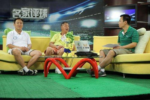 李辉(左)李萱做客名家评球
