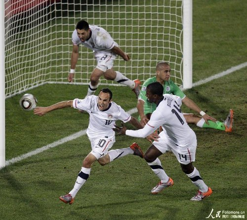 图文:美国1-0阿尔及利亚 多诺万狂奔庆祝