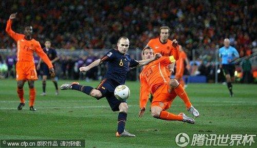 图文:荷兰0-1西班牙 伊涅斯塔射门_世界杯图片