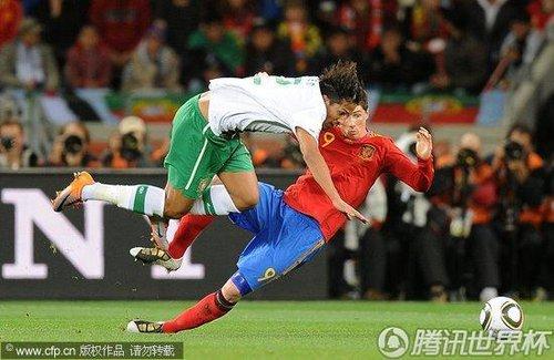 图文:西班牙VS葡萄牙 托雷斯被撞翻