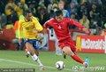 图文:巴西2-1朝鲜 朴南哲边路带球