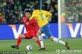 图文:巴西2-1朝鲜 卡卡带球过人