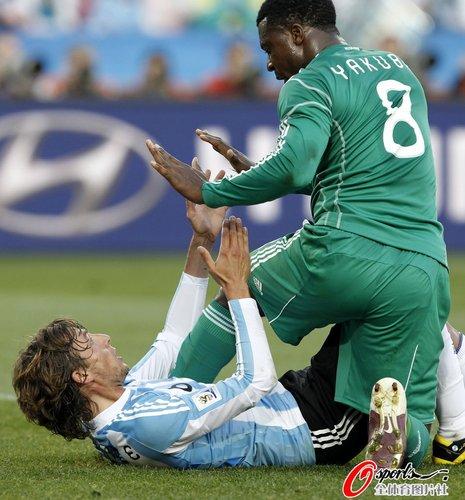 图文:阿根廷1-0尼日利亚 雅库布海因策倒地