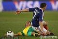 图文:法国1-2南非 双方球员纠缠到一起