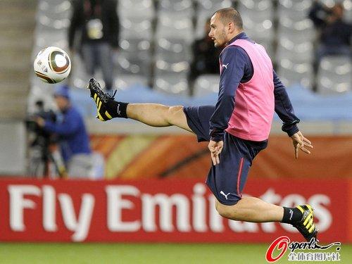图文:意大利队适应场地 西蒙尼佩佩飞身接球