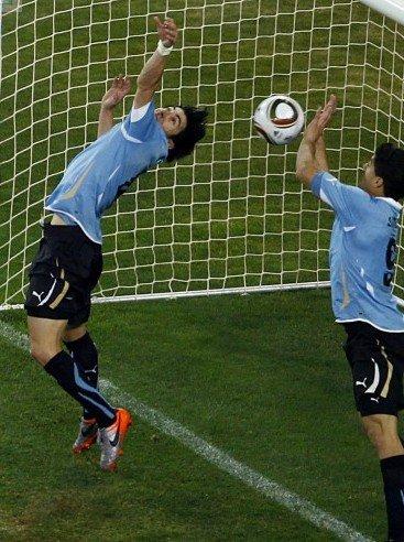 苏亚雷斯手球偷来晋级机会 警醒FIFA改进规则