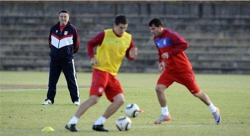 图文:塞尔维亚训练 主帅安蒂奇场边观战