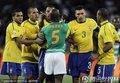 巴西队员围攻佐科拉