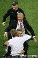 新西兰教练组拥抱