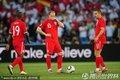 英格兰队员等待开球