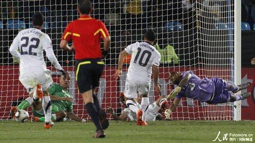 图文:美国1-0阿尔及利亚 多诺万破门瞬间