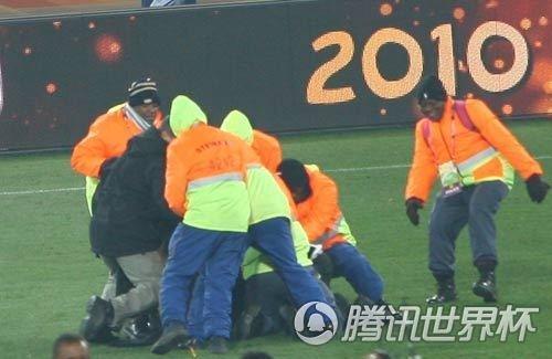 直击:西班牙庆祝场面失控 疯狂球迷再闯内场