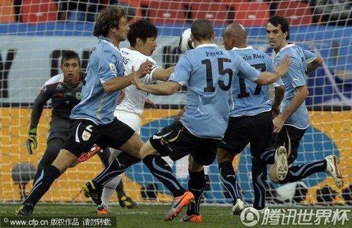 图文:乌拉圭VS韩国 乌拉圭队员防守认真