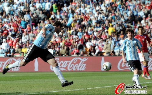 图文:阿根廷4-1韩国 伊瓜因第三球进球瞬间