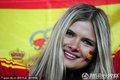 图文:荷兰0-1西班牙 西班牙球迷身披国旗
