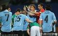 图文:墨西哥0-1乌拉圭 墨西哥队员发界外球