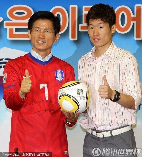 韩国 朴智星参加活动 签名足球送孩子
