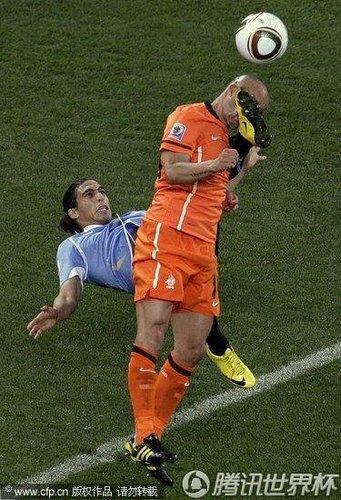 乌拉圭球员杀手式倒勾引发冲突 斯内德吃黄牌