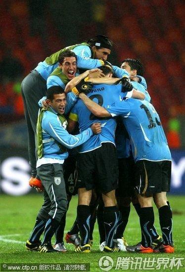 图文:乌拉圭2-1韩国 乌拉圭队员兴奋