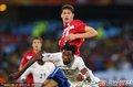 图文:塞尔维亚0-1加纳 双方队员拼抢头球