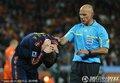 图文:荷兰0-1西班牙 裁判查看球员伤势