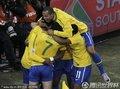 巴西队员拥抱庆祝