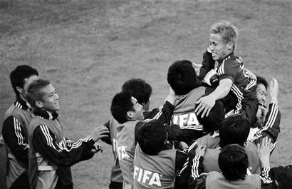 体育周报:寿星本田圭佑进球庆生 成日本核心