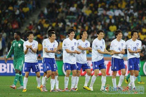 韩国球员进球后跳起摇篮舞 恭喜门将喜得爱子