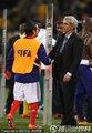 图文:法国1-2南非 多梅内克与替补队员握手