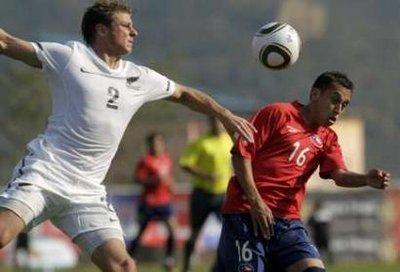 图文:热身赛智利VS新西兰 智利球员顶球