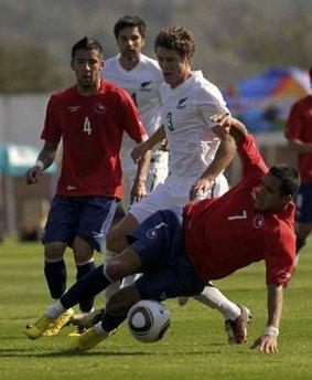 图文:热身赛智利VS新西兰 智利球员铲球