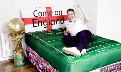 疯狂球迷力挺英格兰 床铺成赛场奖杯紧挨(图)