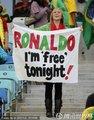 图文:巴西0-0葡萄牙 女球迷示爱C罗