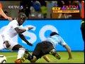 视频:苏亚雷斯犀利突破 萨尼亚抱摔将其放倒