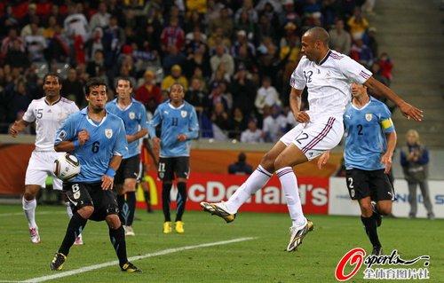 图文:A组法国0-0乌拉圭 亨利跳起抽射