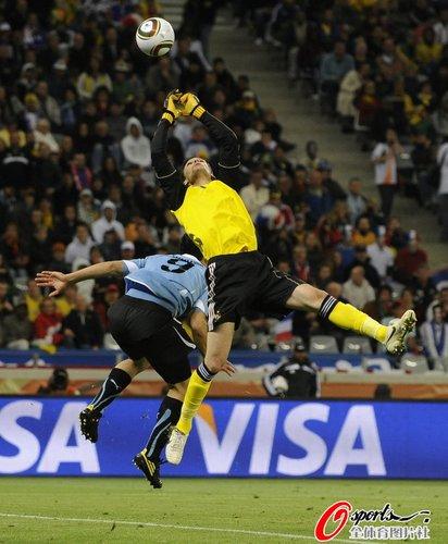 图文:A组法国VS乌拉圭 洛里斯双拳出击