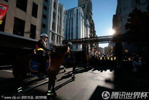 2010世界杯花絮:万名球迷开普敦狂欢 警察骑马出动安保严密