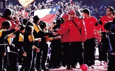 智利回国享英雄般待遇 球迷高喊:留下贝尔萨