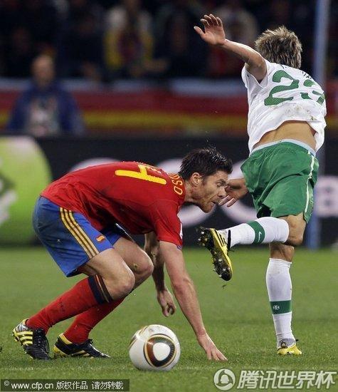 图文:西班牙VS葡萄牙 科恩特劳脚后跟踢人_世