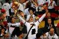 德国球迷高举奖杯