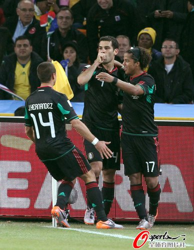图文:揭幕战南非1-1墨西哥 马科斯场边庆祝