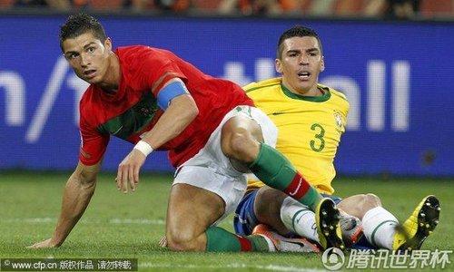 图文:葡萄牙0-0巴西 C罗卢西奥相撞倒地