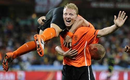 图文:荷兰2-1斯洛伐克 库伊特单臂举斯内德