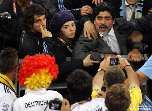 马拉多纳冲上看台欲揍德球迷 河床球迷骂老马