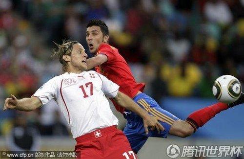 图文:西班牙VS瑞士 球员争顶摔倒瞬间_世界杯