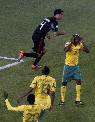 图文:揭幕战南非1-1墨西哥 南非队极度失望