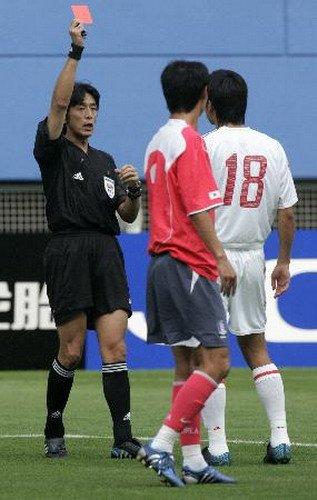 西村雄一向郜林出示红牌
