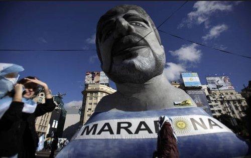 阿根廷大胜举国欢腾 首都竖马拉多纳雕像(图)