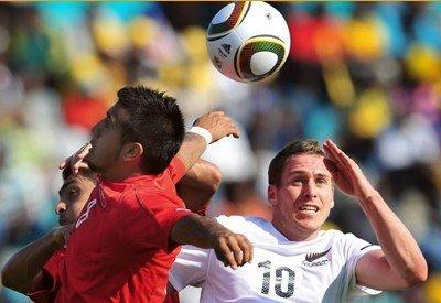图文:热身赛智利VS新西兰 三人跳起争球