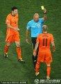 图文:荷兰0-1西班牙 罗本获得黄牌